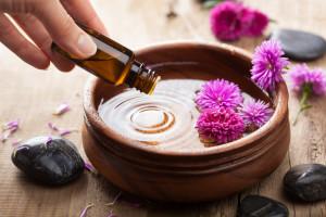 эфирные масла, тарелка с водой, цветы