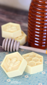 мыло из основы своими руками с медом на голубой бумаге