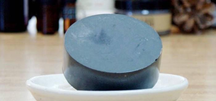 мыло из основы с активированным углем на блюдце