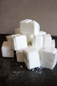 нарезанная белая мыльная основа