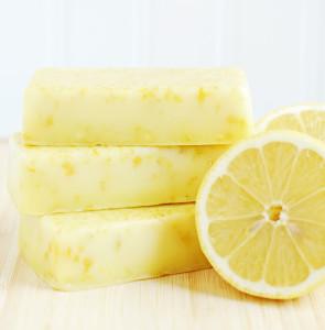 желтое мыло из основы с лимонной цедрой