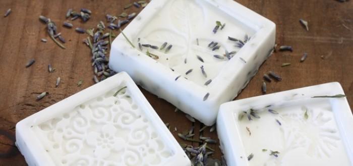 белое мыло на коричневом столе, семена лаванды